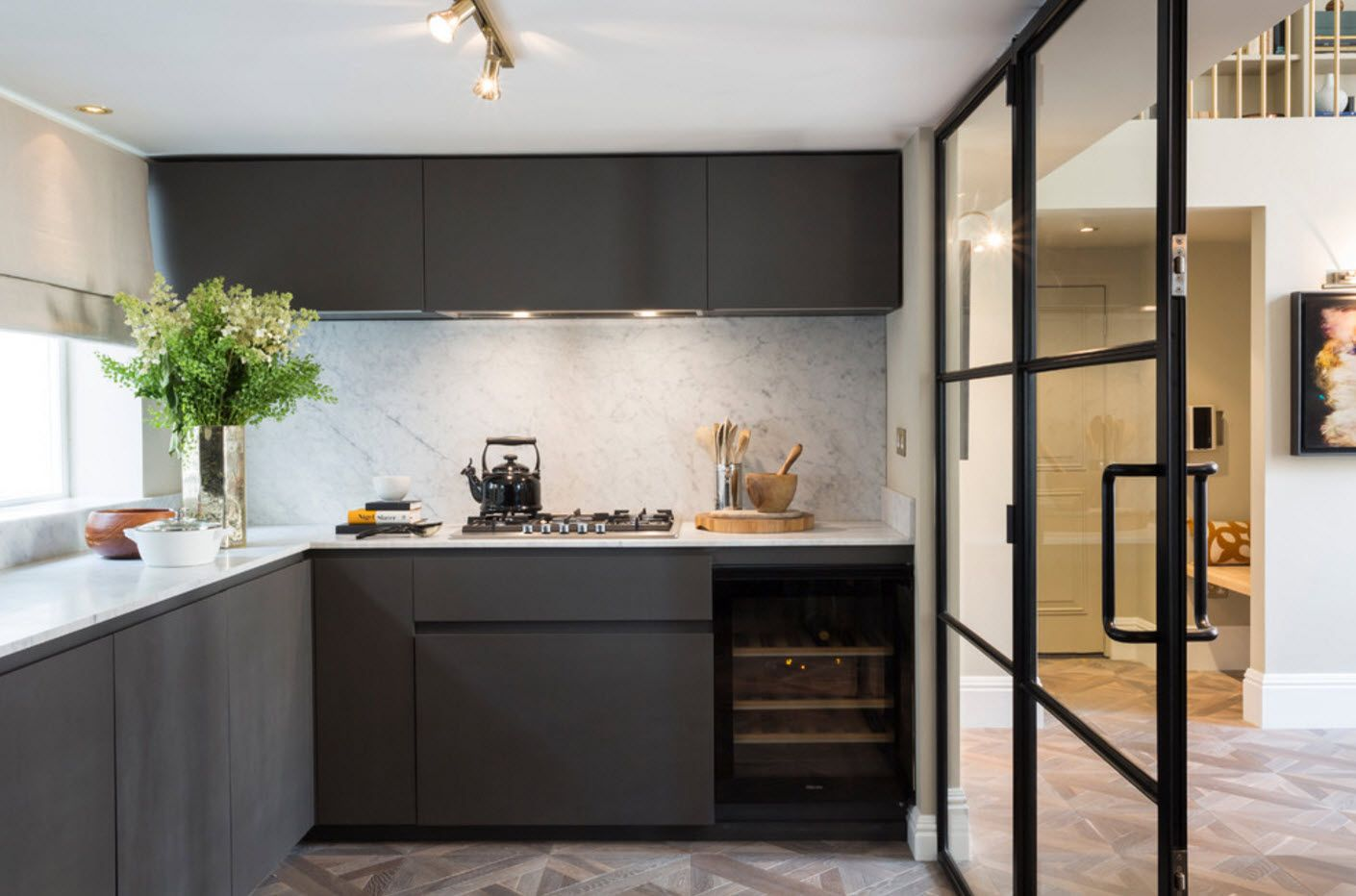 Black kitchen set facades look spectacular at the background of the white splashback