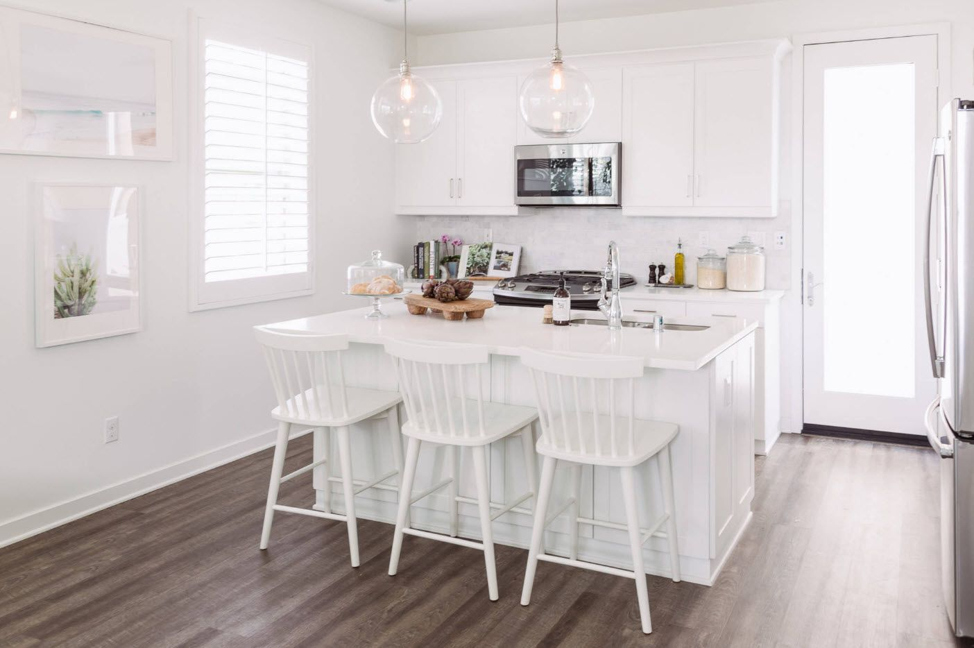 Dining kitchen island with white chairs