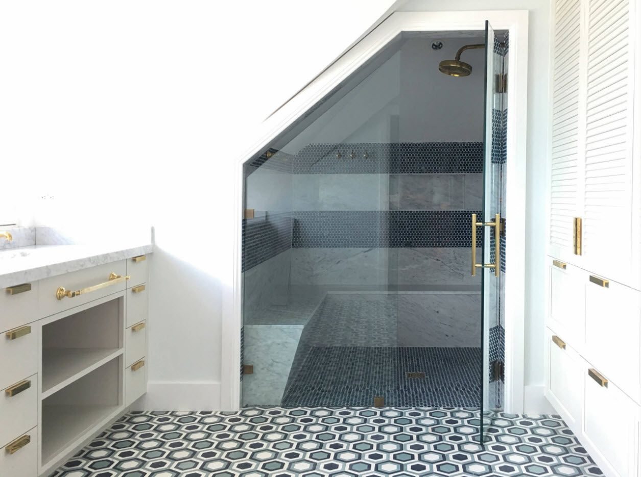 Compelling asymmetric glass dorr and overall design of modern bathroom
