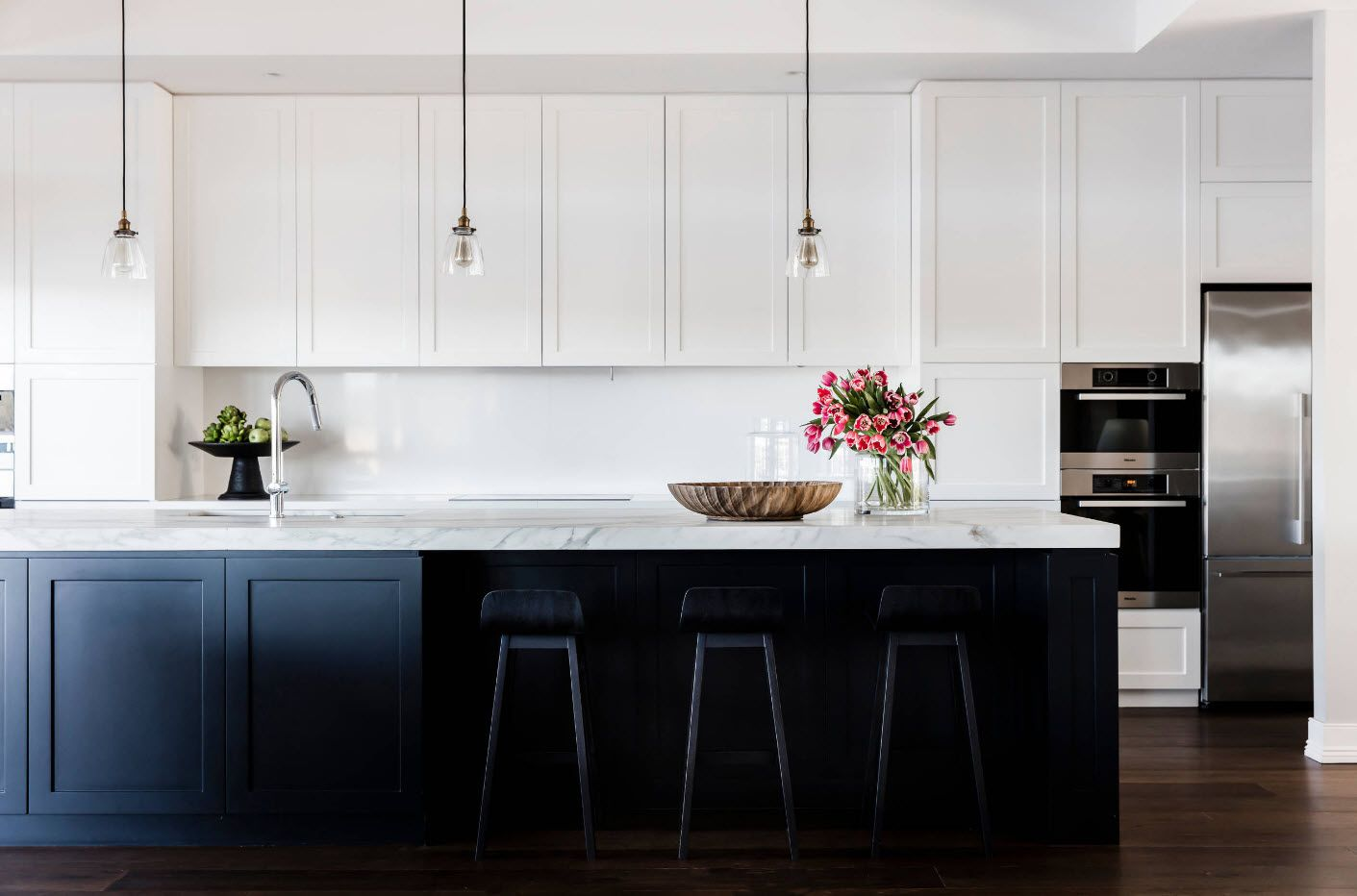 Minimalism and studding simplicity at the modern contrasting kitchen