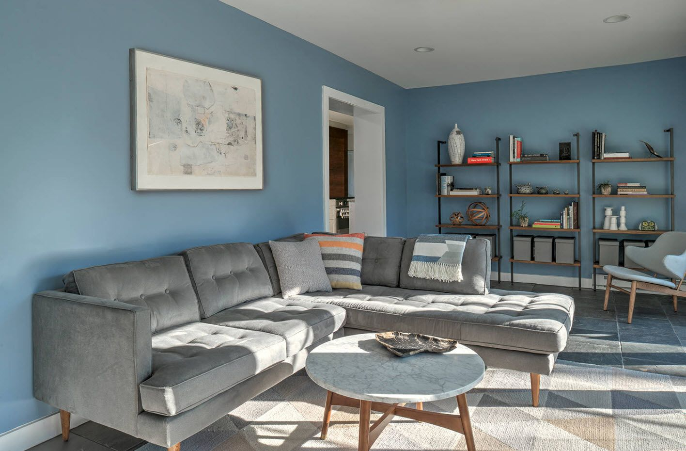 Blue setting of the living room with the sofa of silver color
