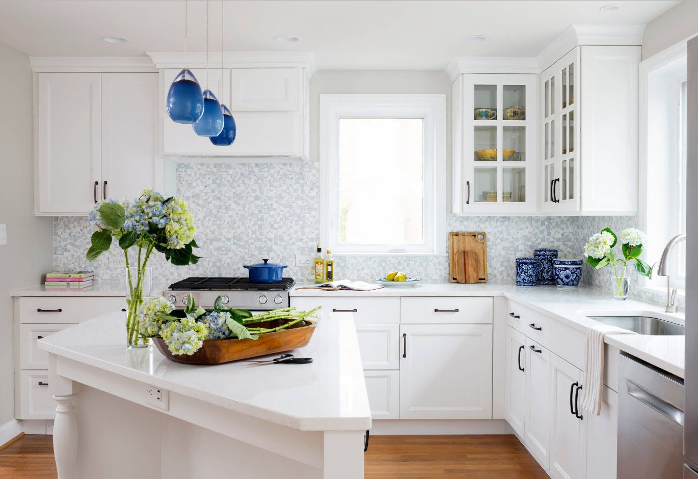 Totally white rustic kitchen with irregular geometry