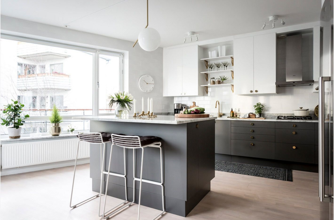 Kitchen island with contrasting dark sides and similar coor for furniture set facades