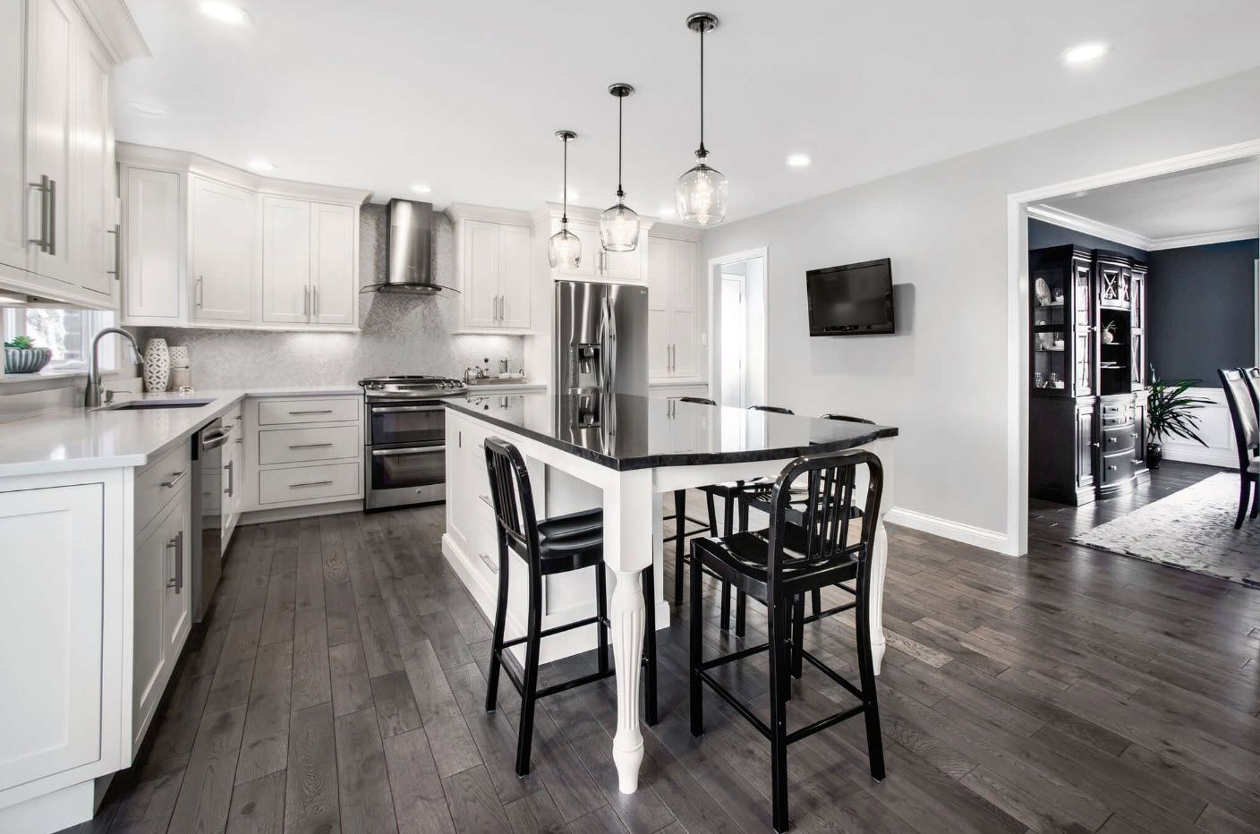 Large kitchen in the cottage with dining zone and island in the center