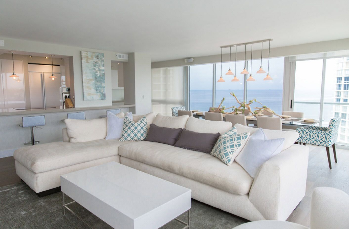Oceanside apartment with modeular sofa and white trimming