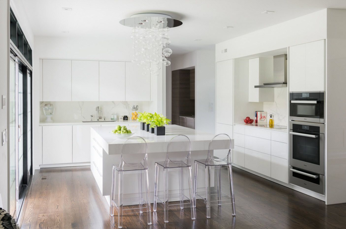 Plexiglass translucent airy stools for the dining room in speckless white interior
