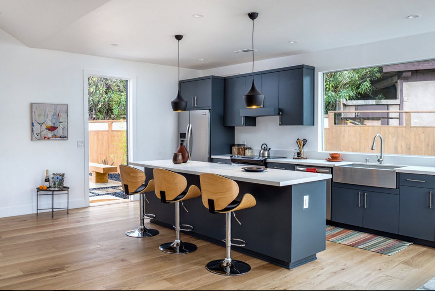 Privat ehouse and its open layout kitchen with dark blue facades