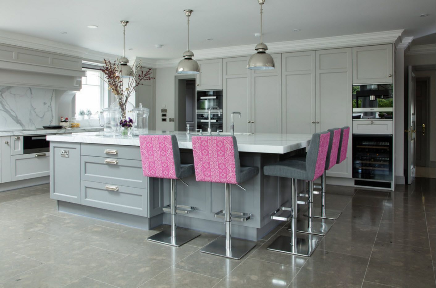 Gray and steel surfaces with pink dolution of the chairs' backrests