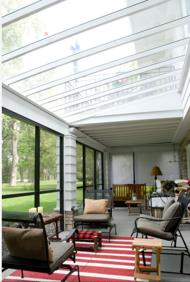 Glass roofed pergola at the privat ehouse with black latticed window panes