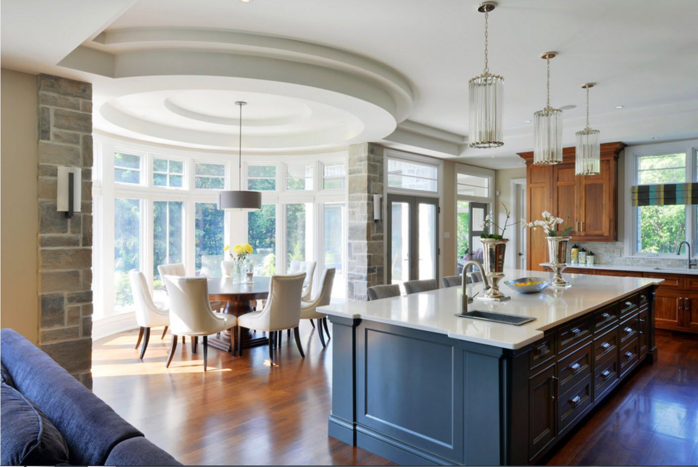 Actual idea of separating dining zone to the bay window at the classic set kitchen