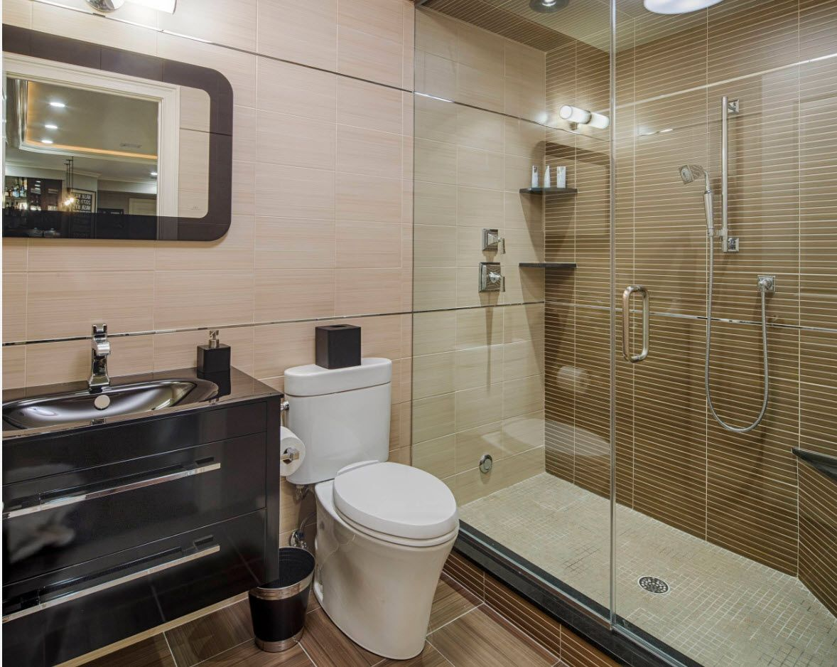 Creamy pink walls and brown shades at the shower zone