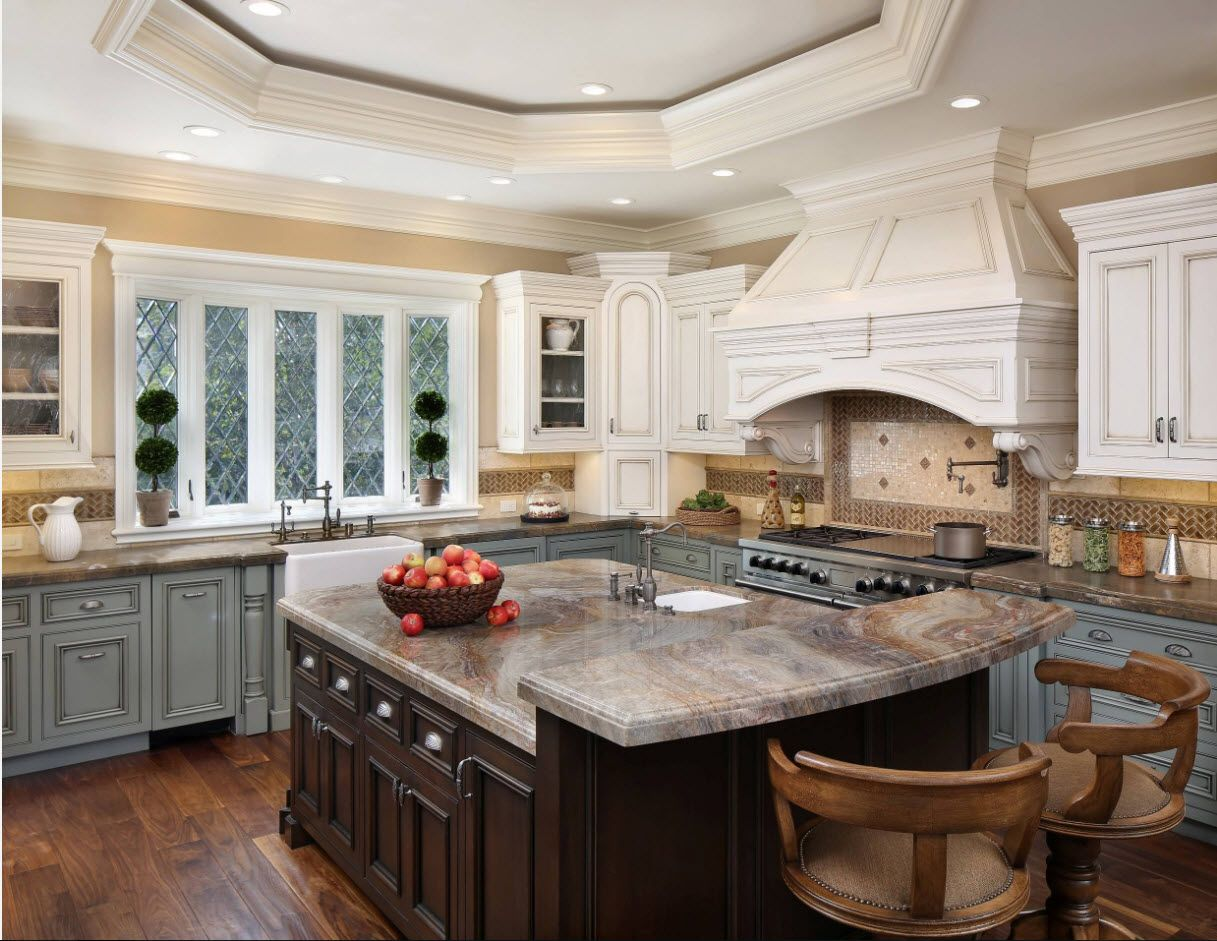 Nice domed extractor hood to emphasize the Provence style of the interior