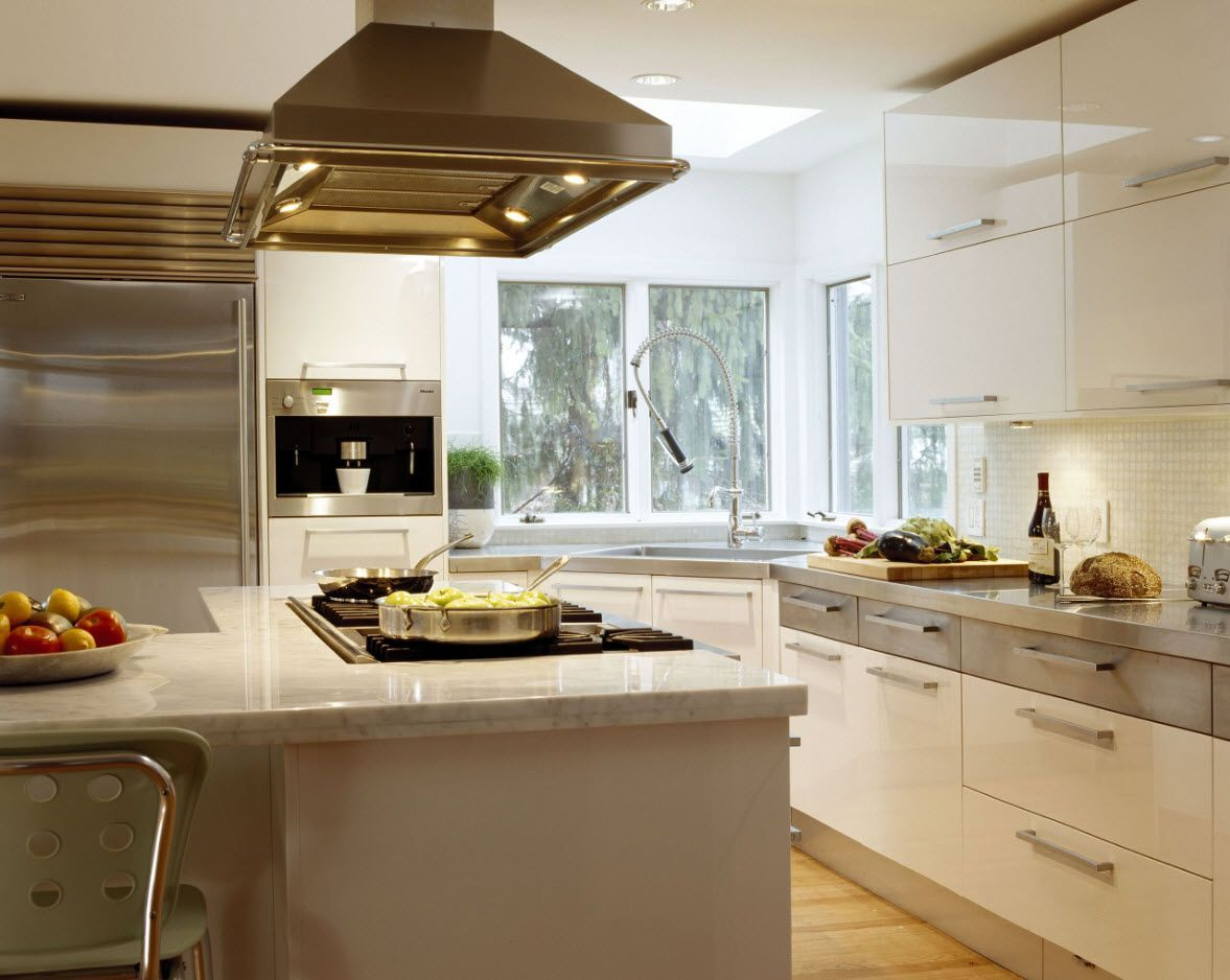Angular Kitchen Layout Design Ideas 2017. Nice idea of golden trim of some elements in the modern styled area
