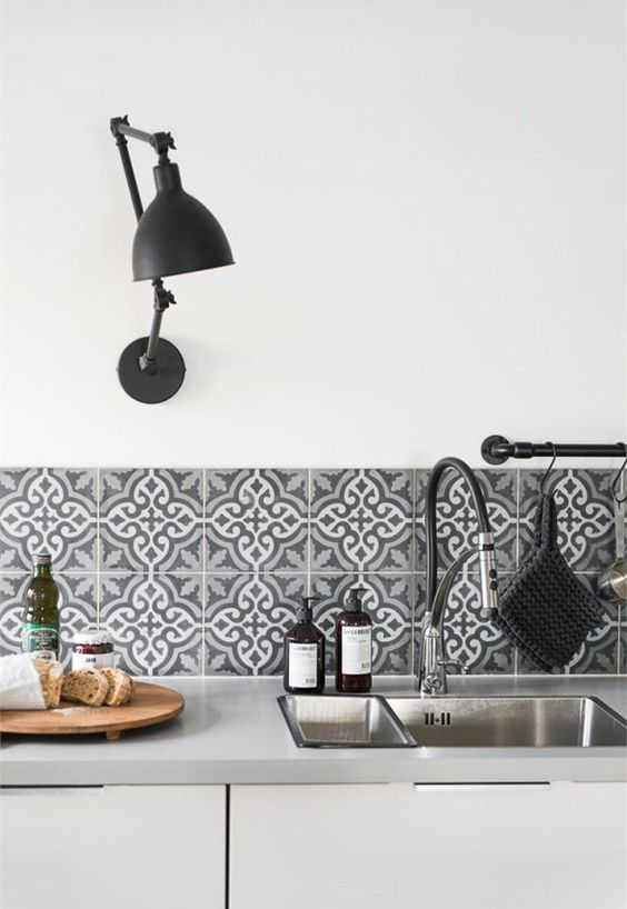 White walls and pattern on the backlsplash at the milimalsitic designed kitchen