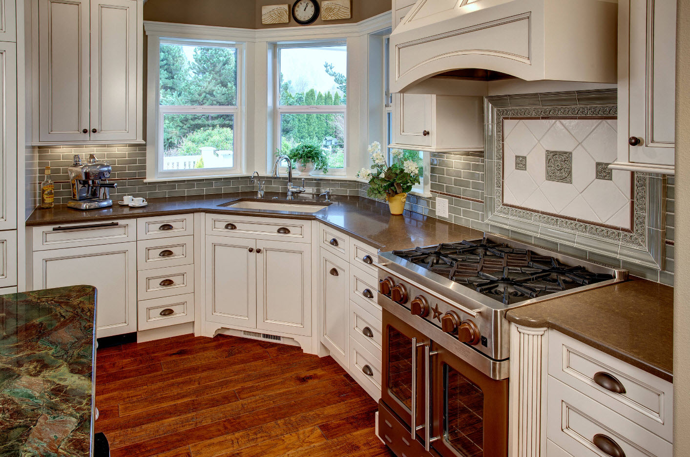 """Semi-angular """"bay"""" location of the l-shaped kitchen in rustic style"""