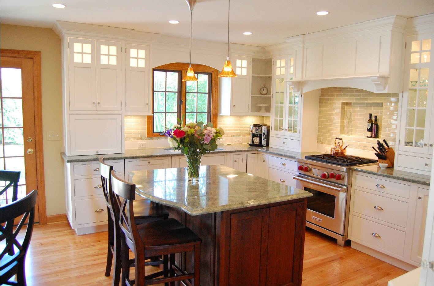 Angular Kitchen Layout Design Ideas 2017. Flowers on the island revive the classic atmosphere