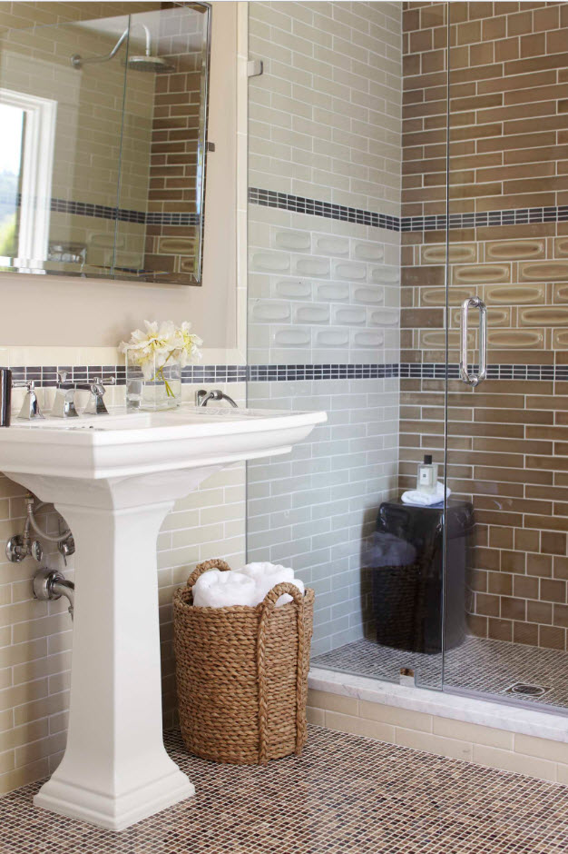 Nice rustic styled bathroom with glass shower partition and brown accent wall with pronounced whiteashed seams between tiles