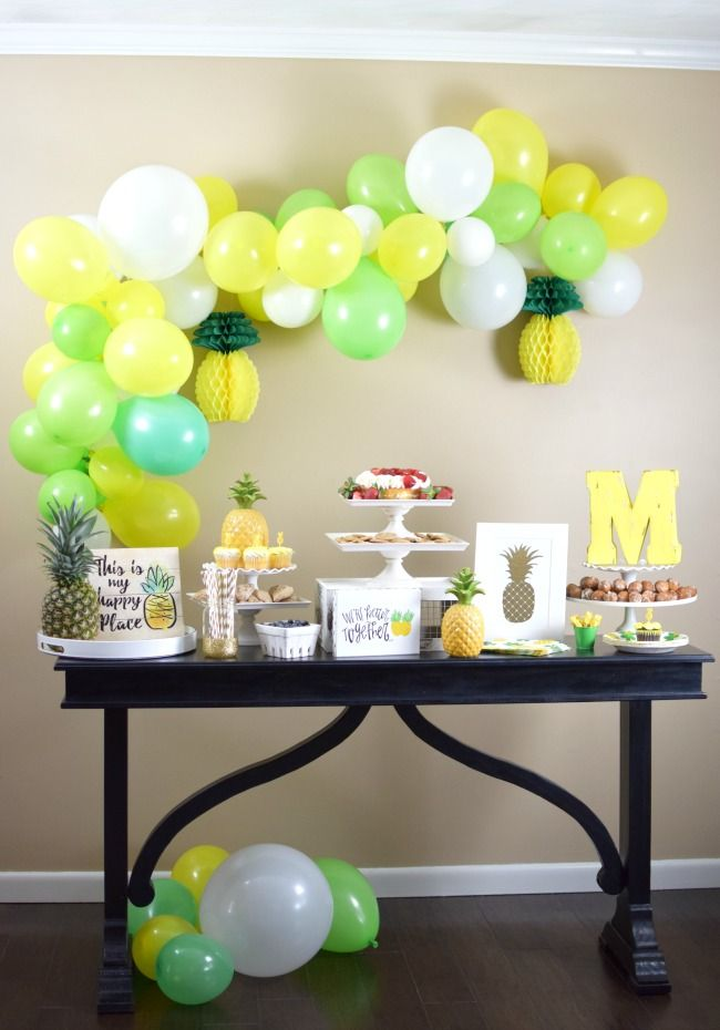 Balloon vault at the table with wedding gifts