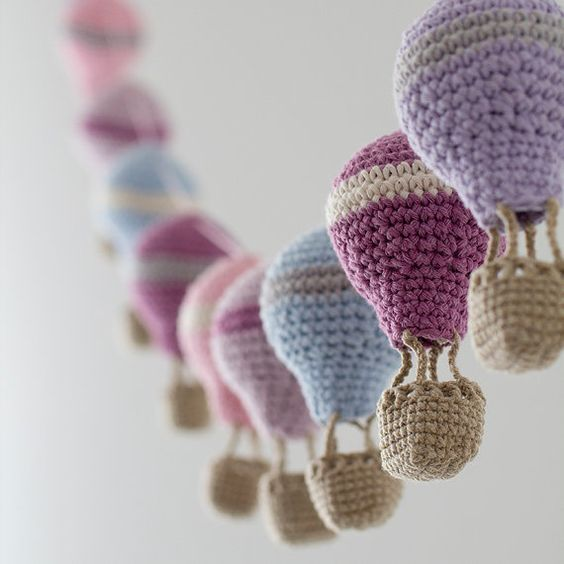 Nice balloon galrand idea made of thread and formed of simple bulb