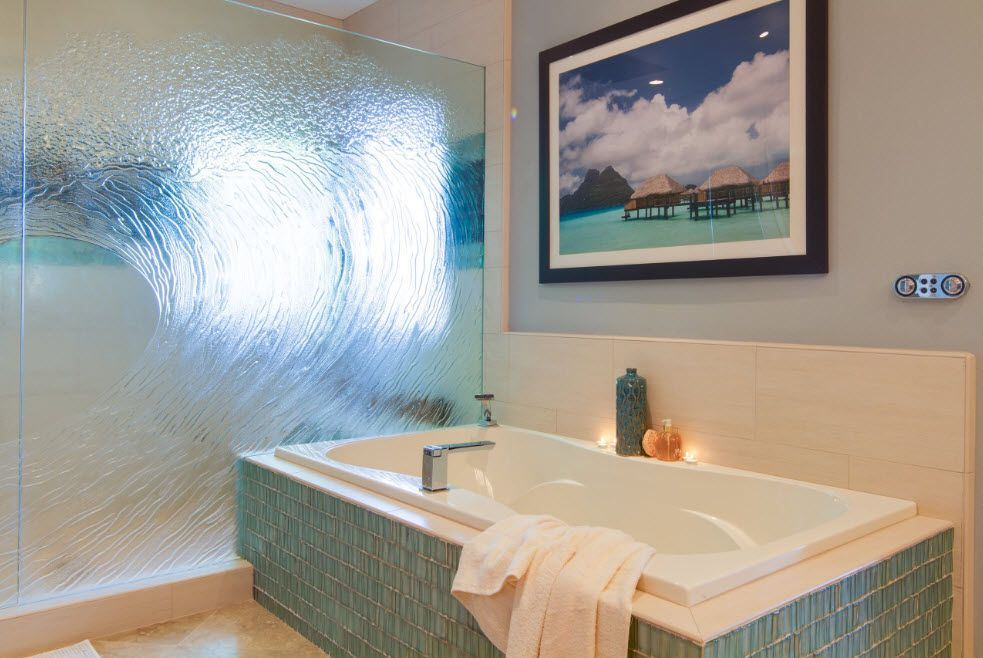 Frosted glass screen in front of the tiled bathtub