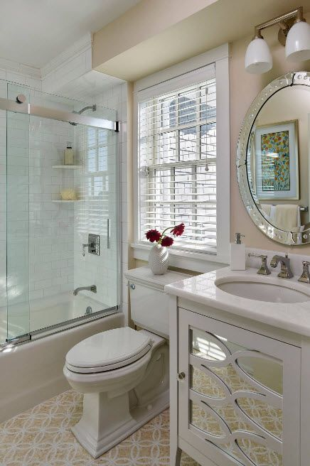 Classic styled bathroom with jalousie at the window