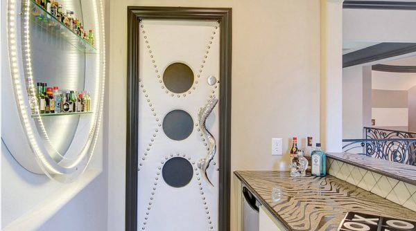 Absolutely unexpected design of the interior door in the bathroom