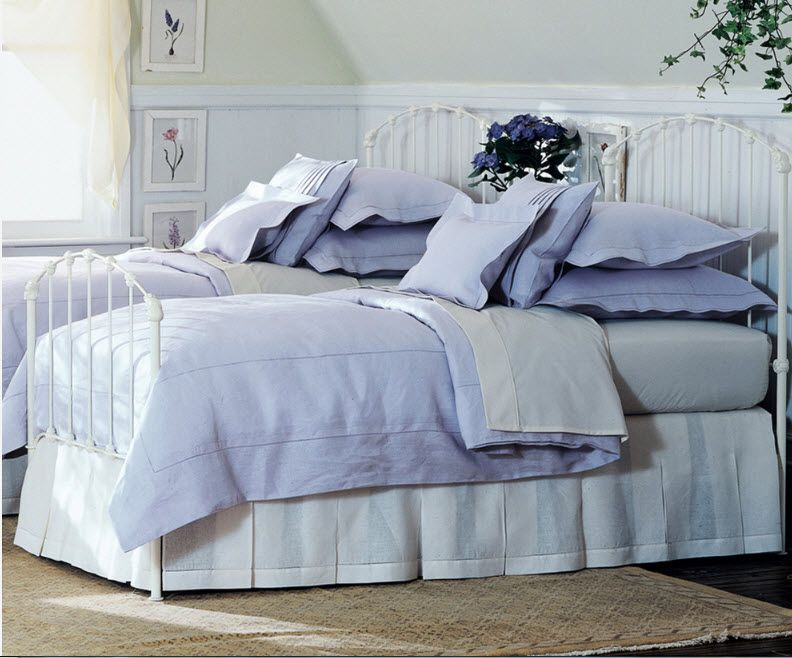 Mild violet linens' color in the classic design of the room