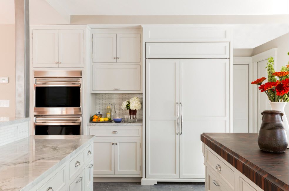 Kitchen set with uniformly built-in refrigerator