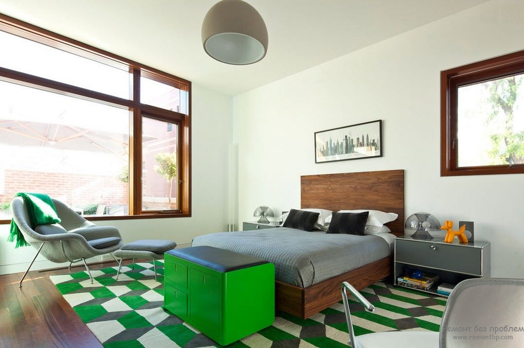 Chess green rug and pastel colored walls in natural materials' used room