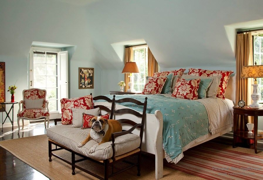 Pale blue and red mix in the bedroom