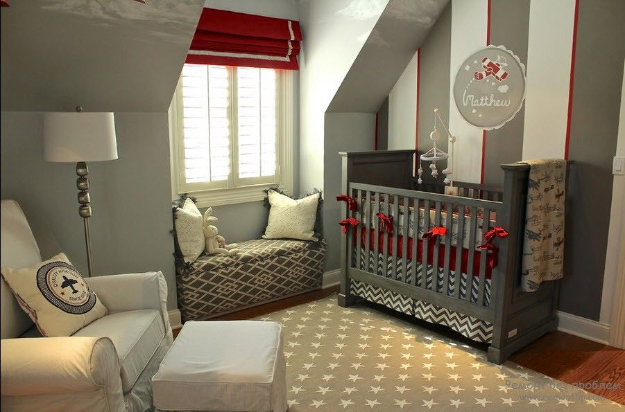 Small nursery with red jalousie
