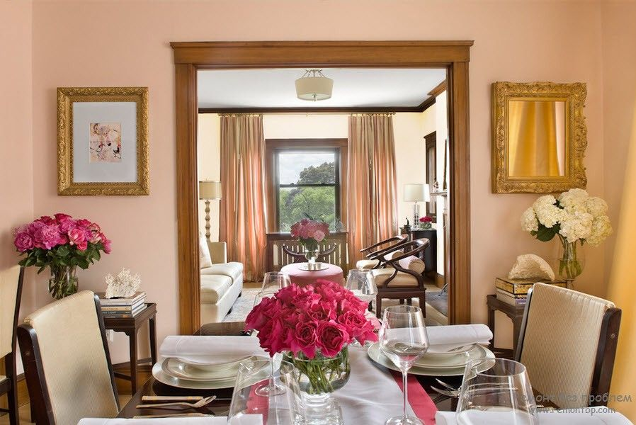 10+ Most Effective Ways of Increasing Interior Space. Peach painted walls and large mirror in gold frame