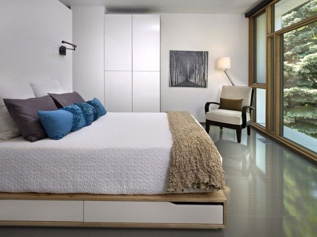 Light consoles and slabs to decorate the hi-tech styled premise and the sandwich platform bed