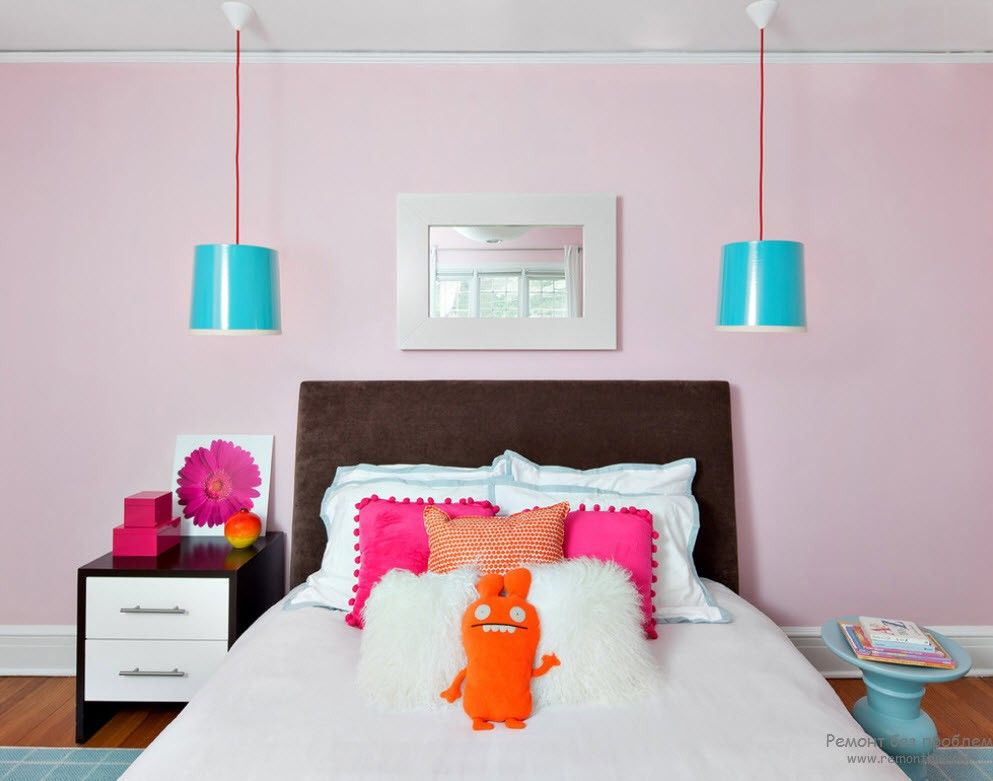 Turquoise lampshades and the pink color scheme for the girl's room