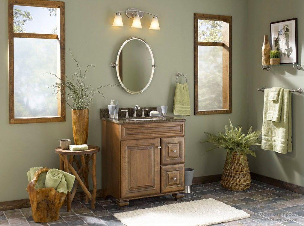 Деревянный шкаф, зеркало и оливковая стена в подъезде