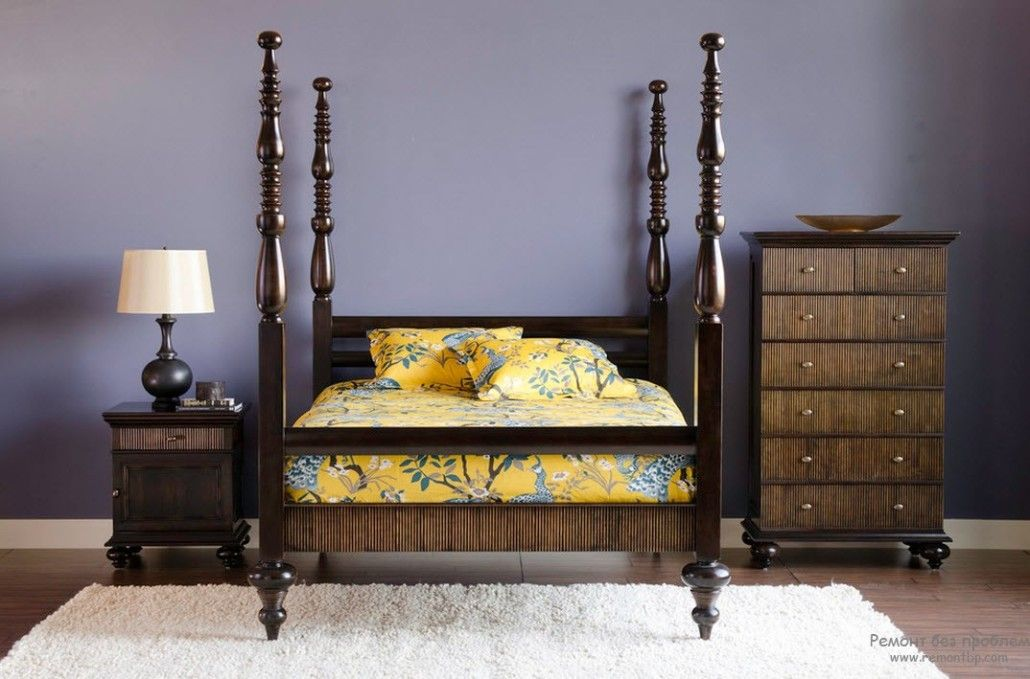 Royal bed with wooden pillars for canopy and the solid purple wall