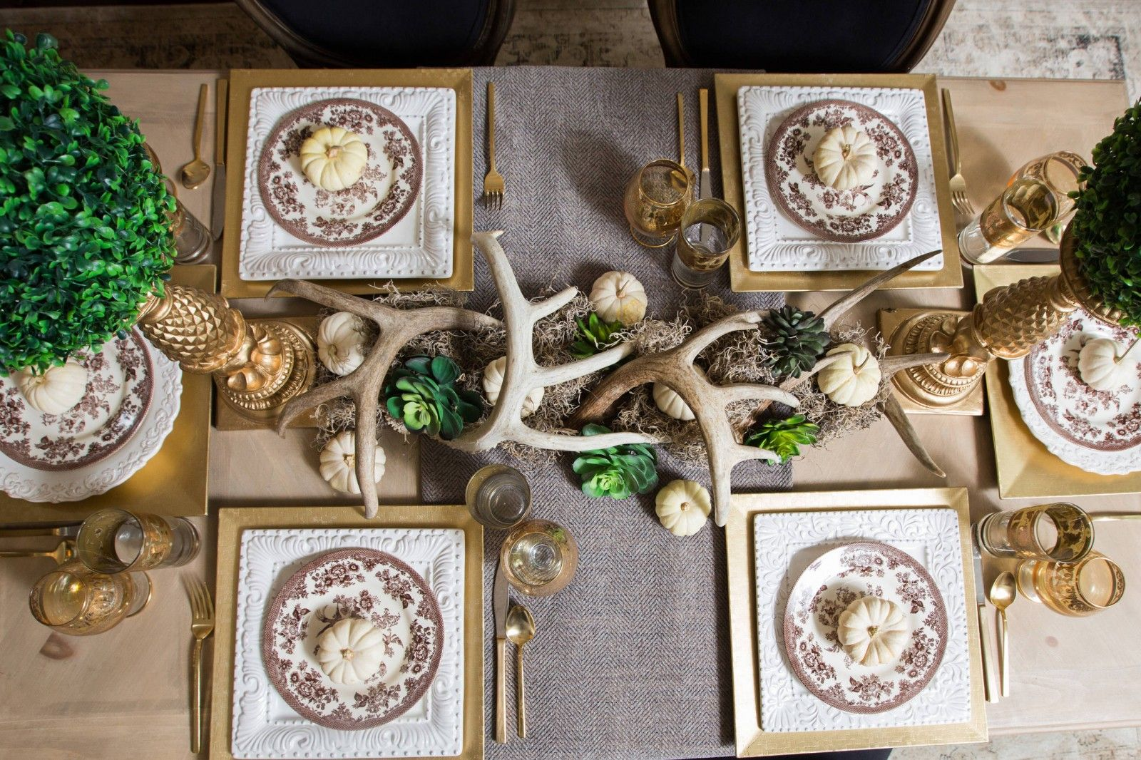 Antlers, greenery and napkins as the table decoration