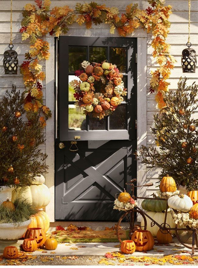Adirnung the entrance door with fall bouquet