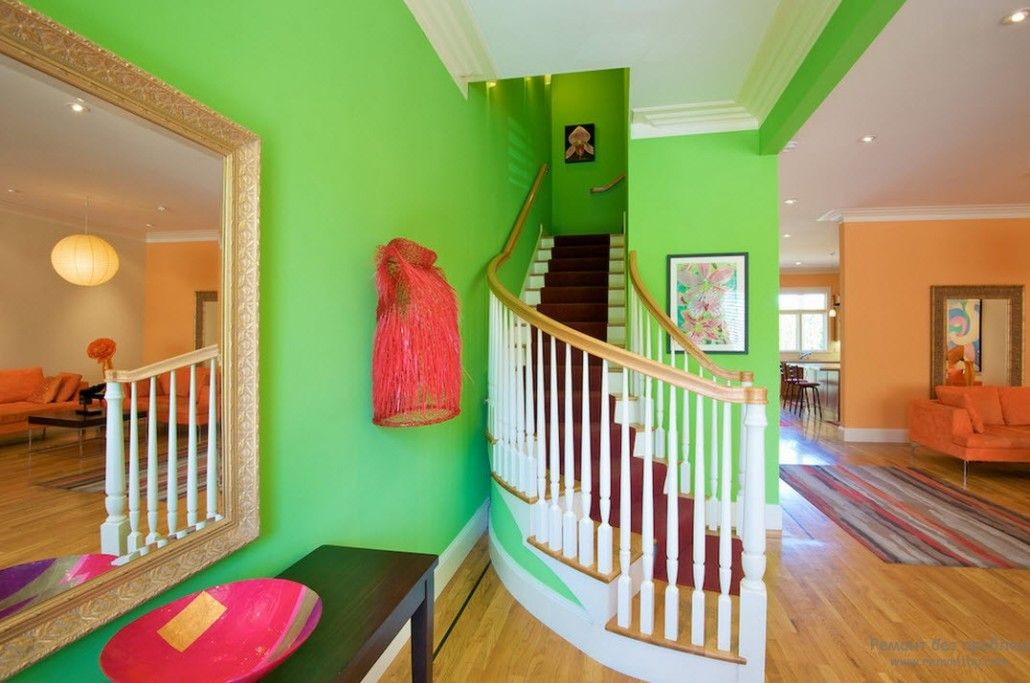 Neon green painted walls in the private house with wooden rounded stairway