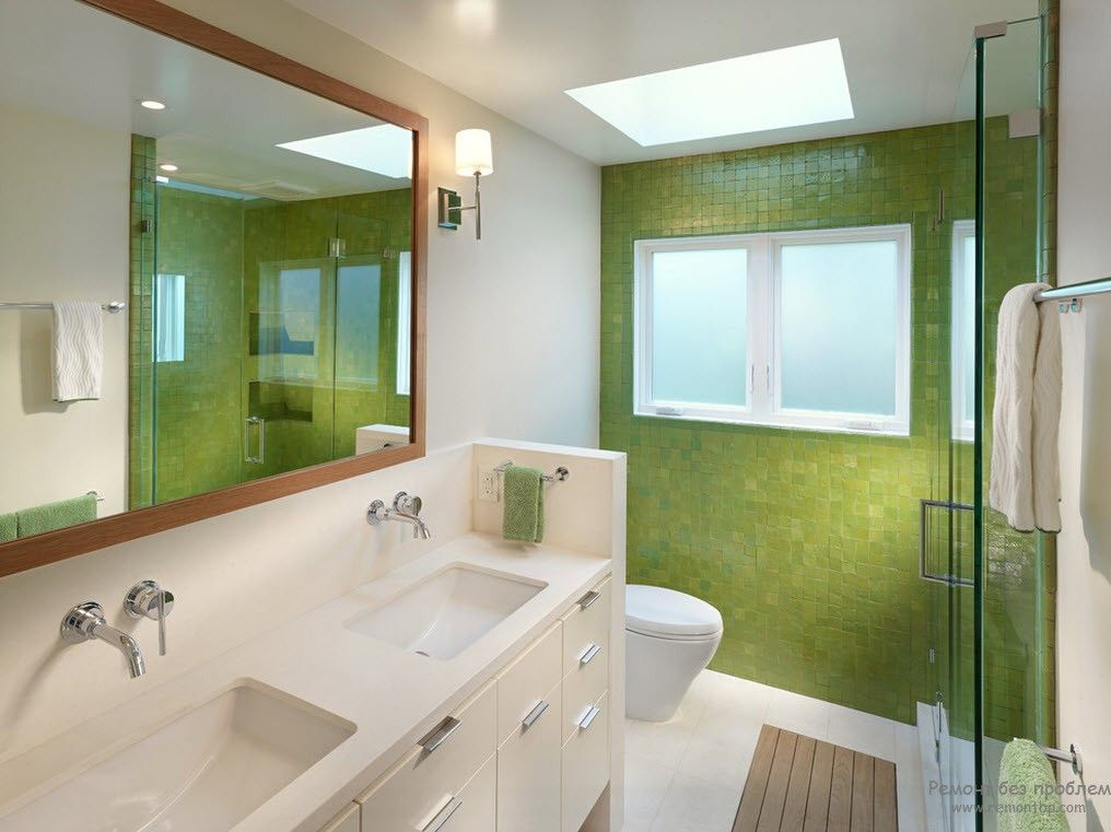 Green accent wall in the bathroom