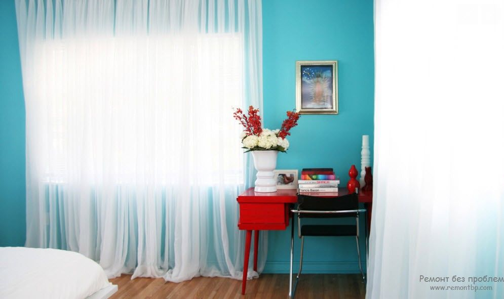 Turquoise wall and the white tulle for bedroom
