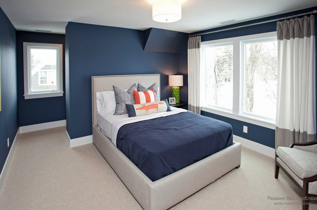 Complicated architecure in the bedroom with the blue painted walls