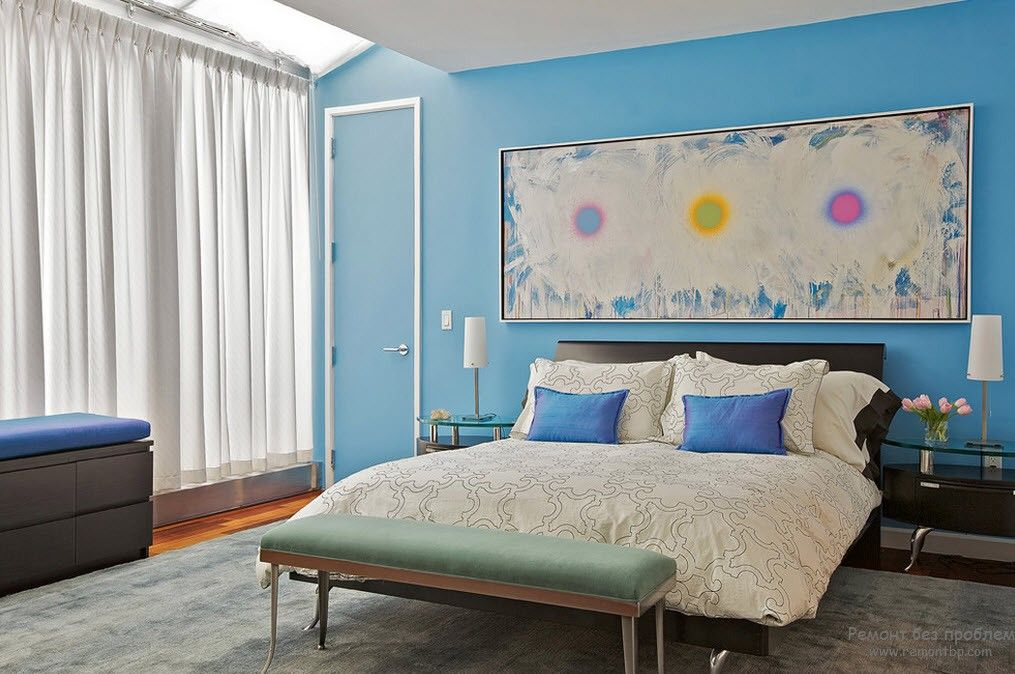 Sky blue shade for romantic atmosphere in the bedroom