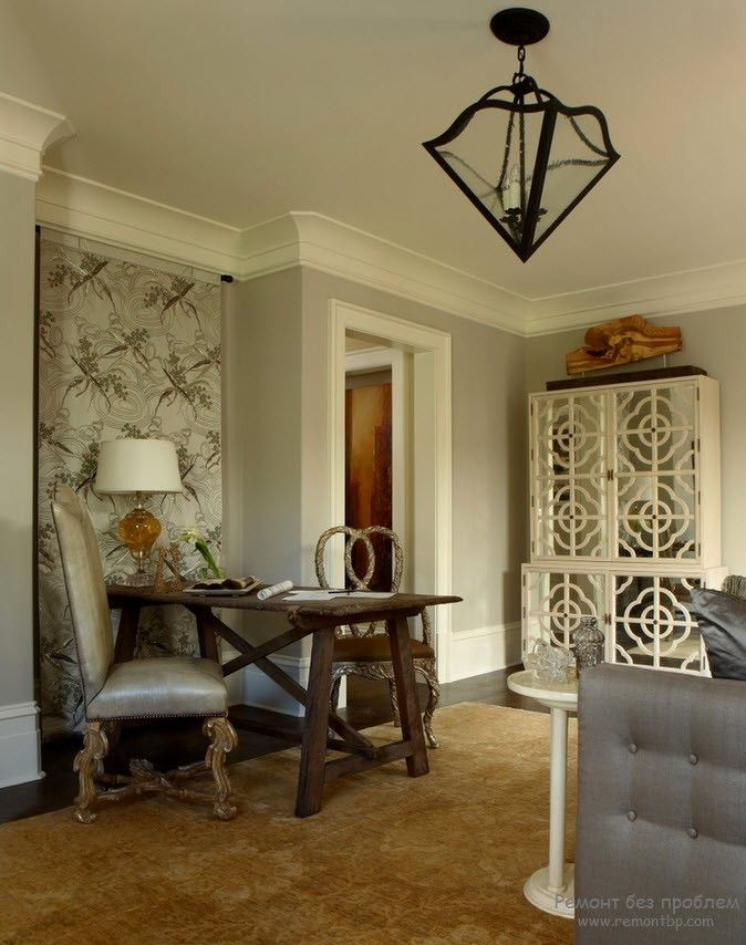 Empire touch in the small apartment with the PVC stucco friezes between wall and ceiling
