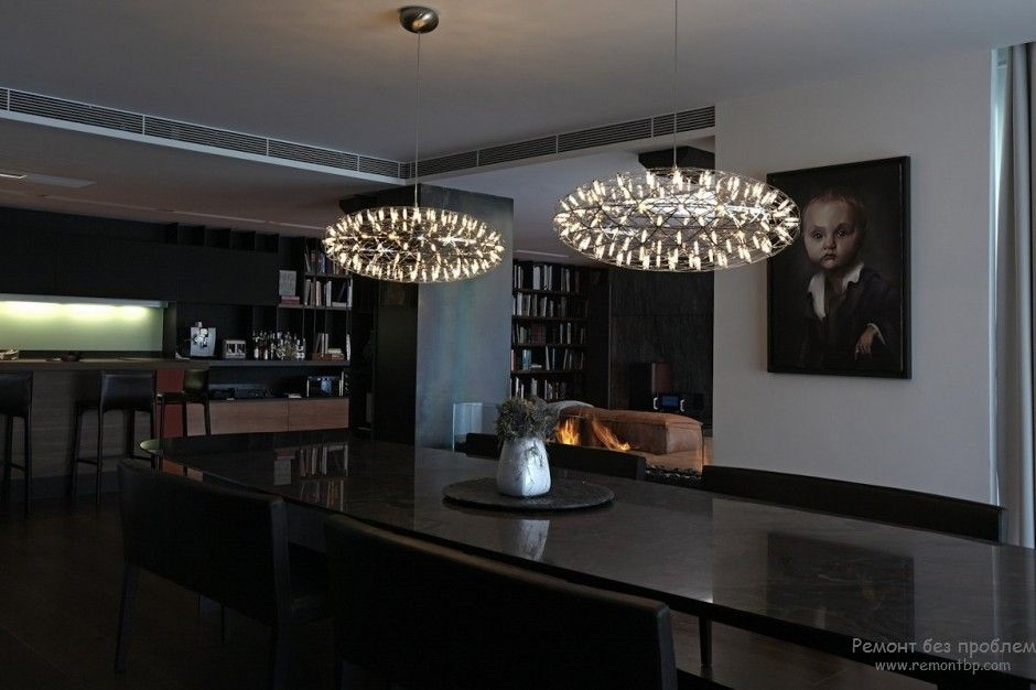 Using Dark Colors in Modern Interiors. Photo Ideas. Black laquered wooden table looks attractive and noble