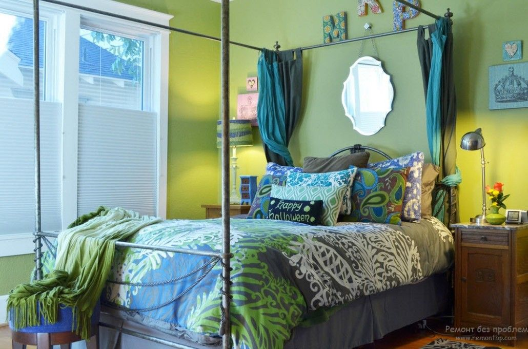 Mix of colors in the bedroom
