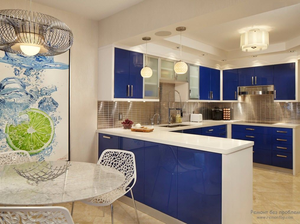 Ultramarine kitchen furniture facades nicely dilute the white overall finishing of the room