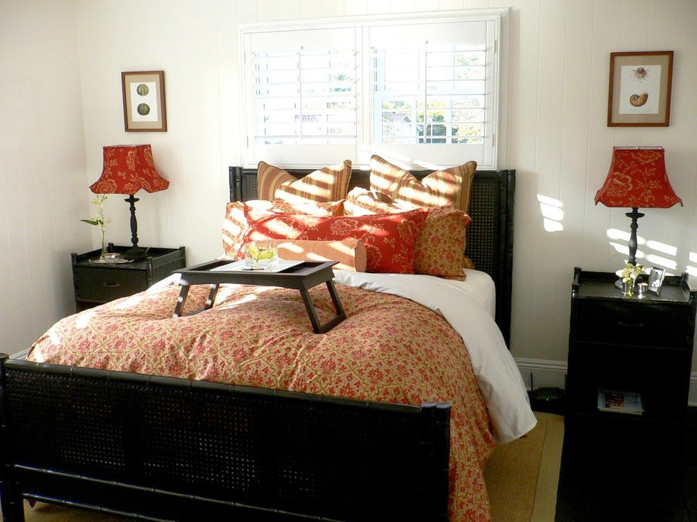 Dark bed frame and the black evorbed tray in the Classic bedroom interior