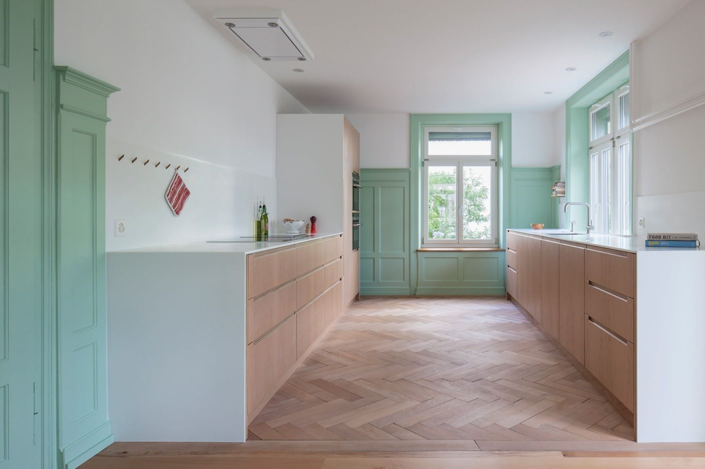 Bespoke Kitchen Interior Photos & Design Ideas. Parquet and wooden facades if the kitchen set