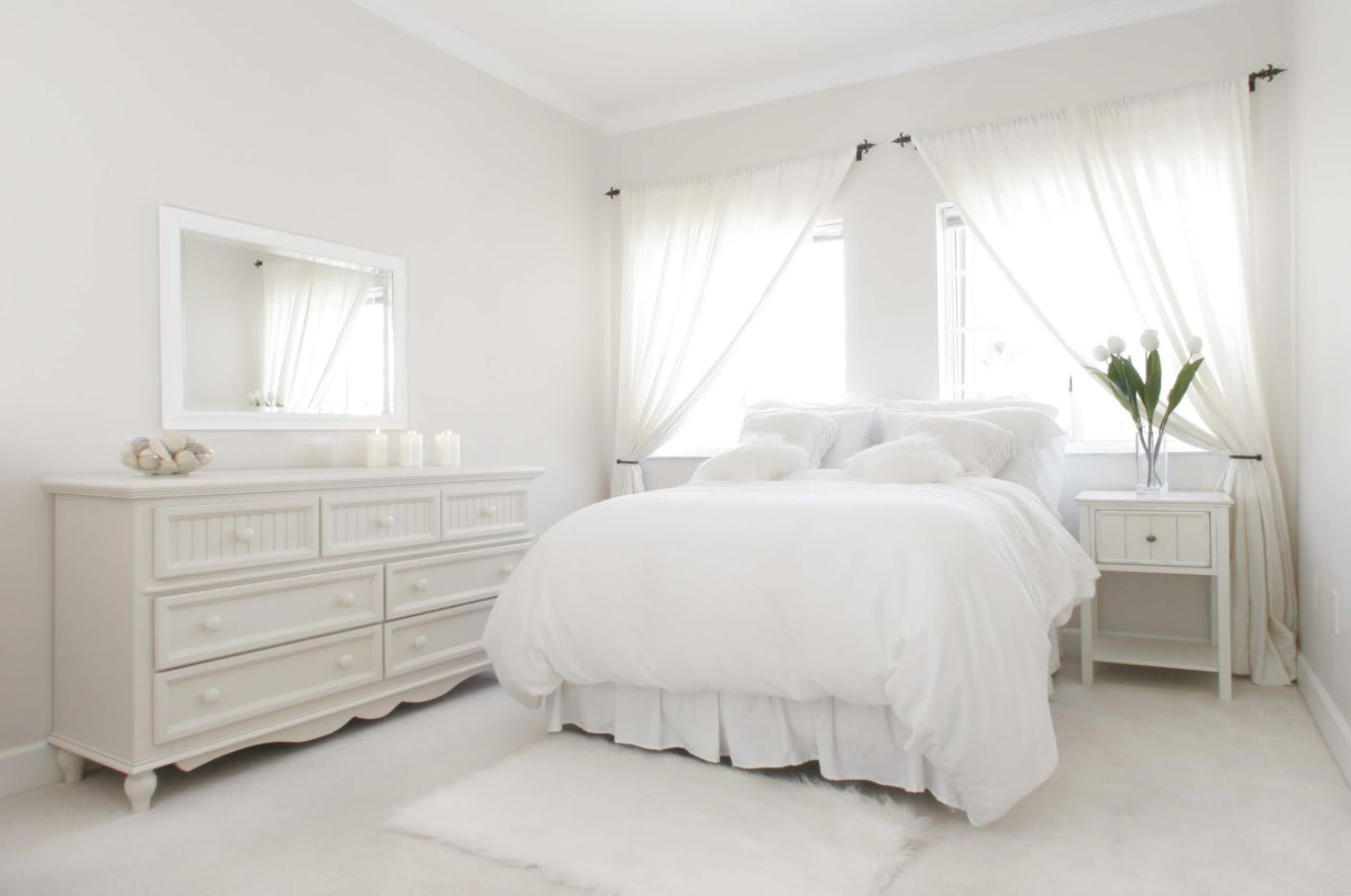 White Bedroom Furniture Set Ideas & Photos. Absolutely snow white room with plenty of natural light